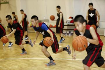赤菟体育小飞人篮球俱乐部上海赤菟小飞人青少年快乐篮球夏令营图片图片